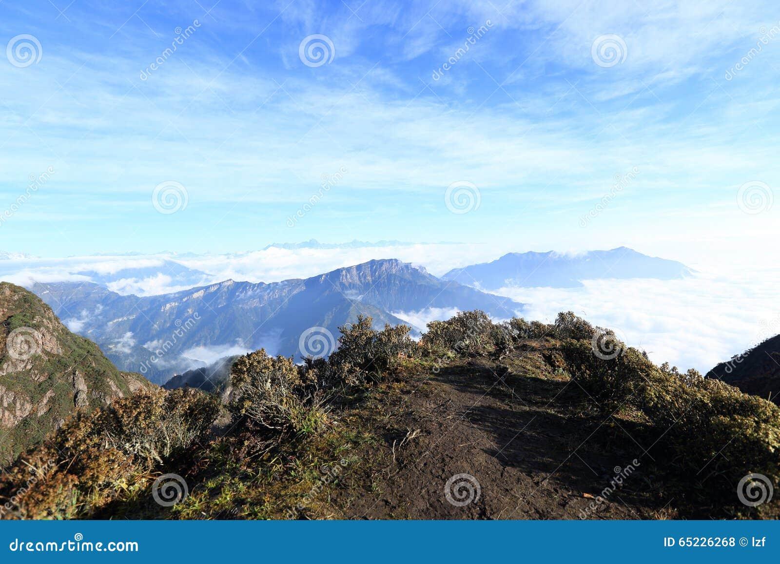 Staczać się chmury i góra krajobraz