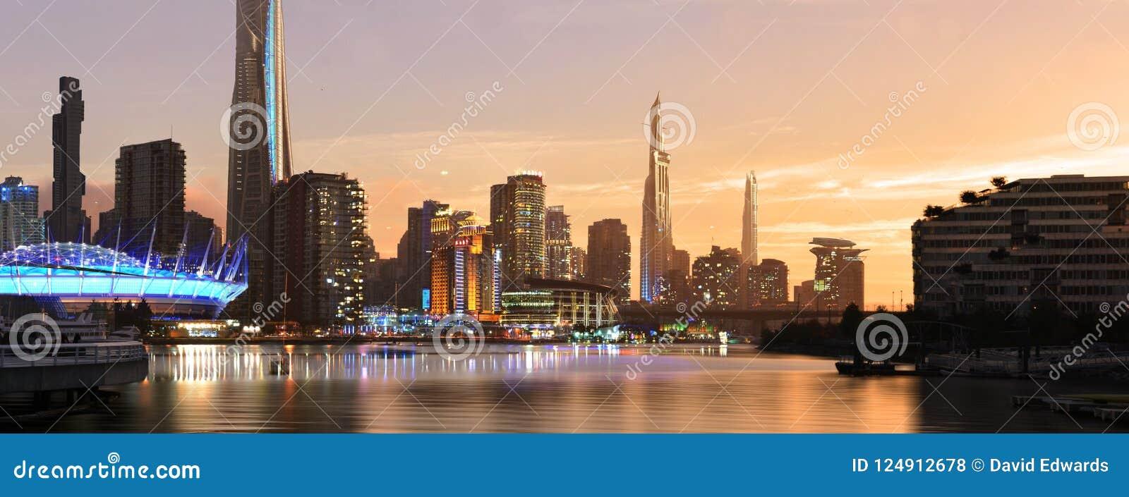 Stad av framtiden under solnedgång