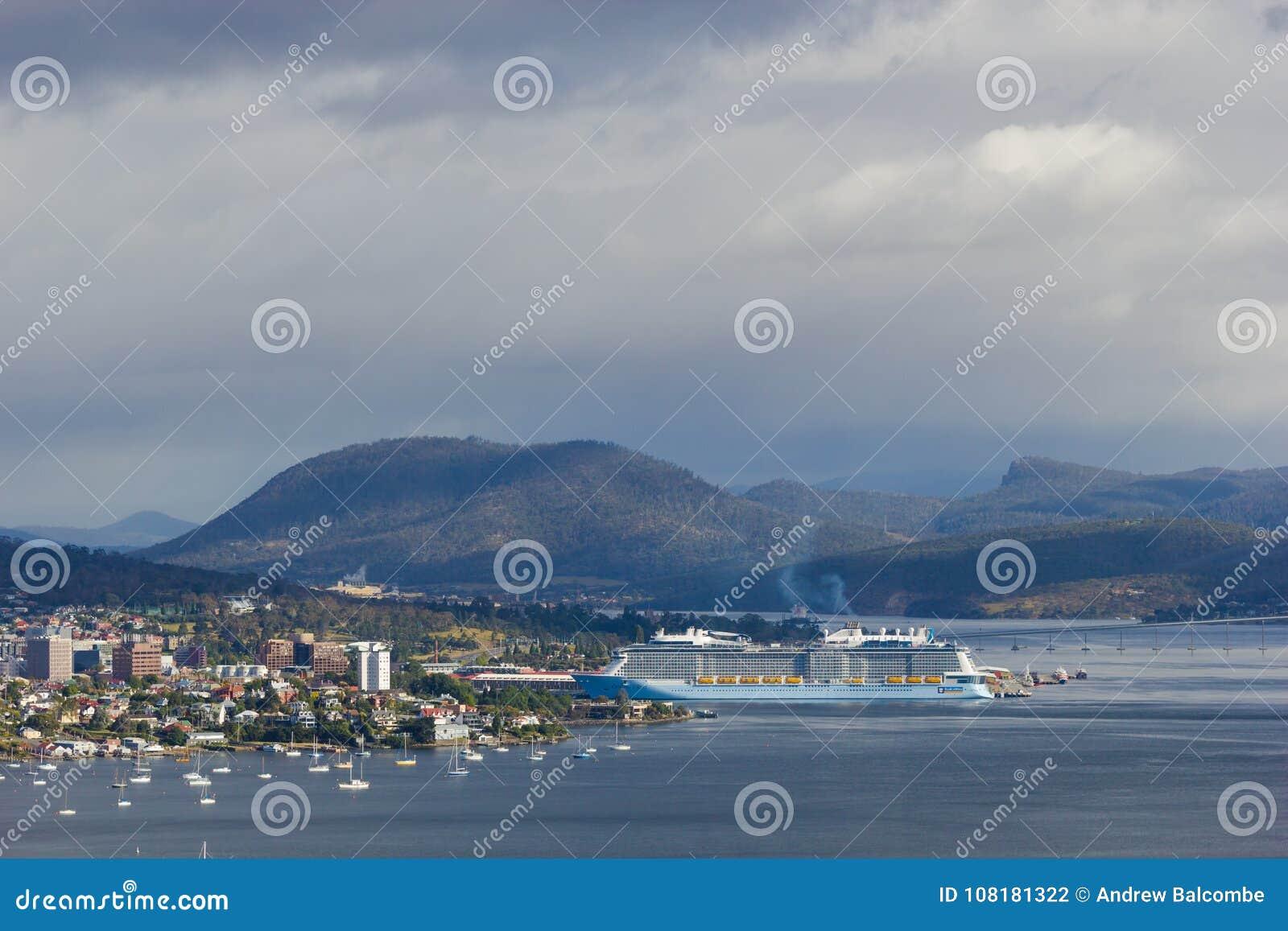 Stad av Hobart och den Derwent breda flodmynningen med anslutning för kryssningskepp i den Hobart hamnen