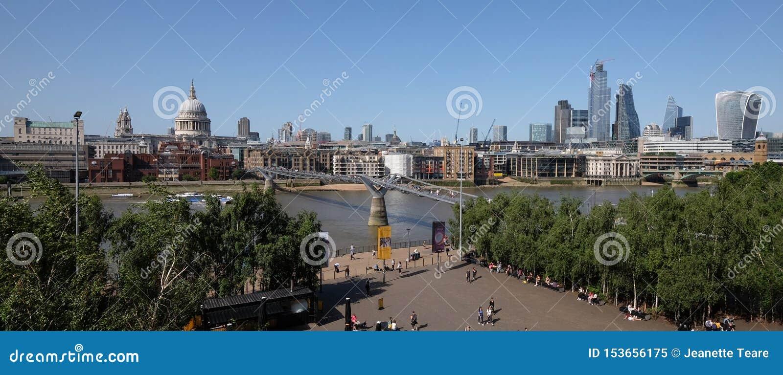 Stad av London, Förenade kungariket 6th Juli 2019: London horisontpanorama som ses från den södra banken