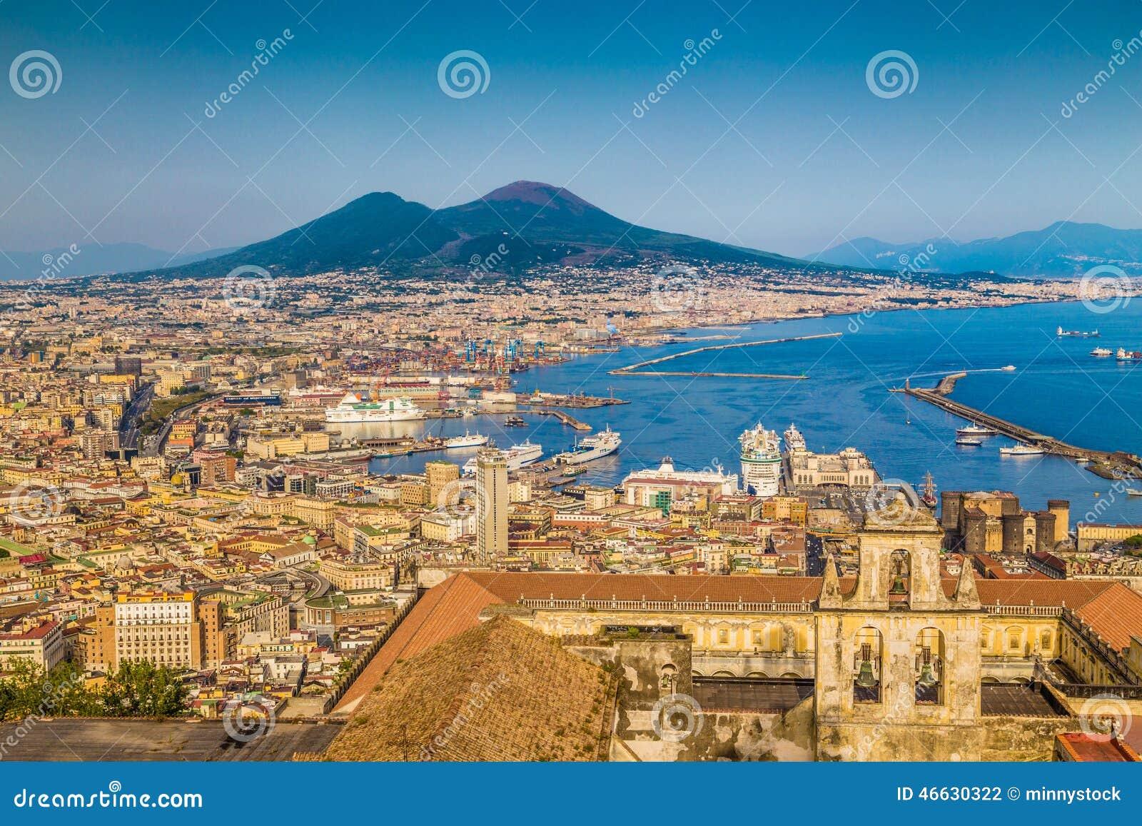 Stad av Naples med Mt Vesuvius på solnedgången, Campania, Italien