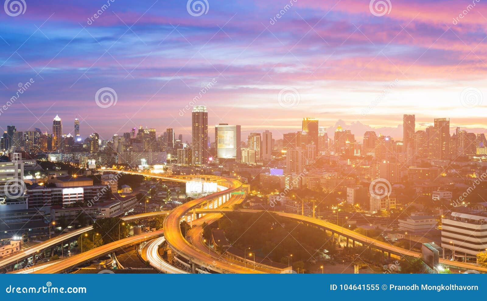 Download Stad En Wegkruising Met Mooi Na Zonsonderganghemel Stock Afbeelding - Afbeelding bestaande uit snel, achtergrond: 104641555