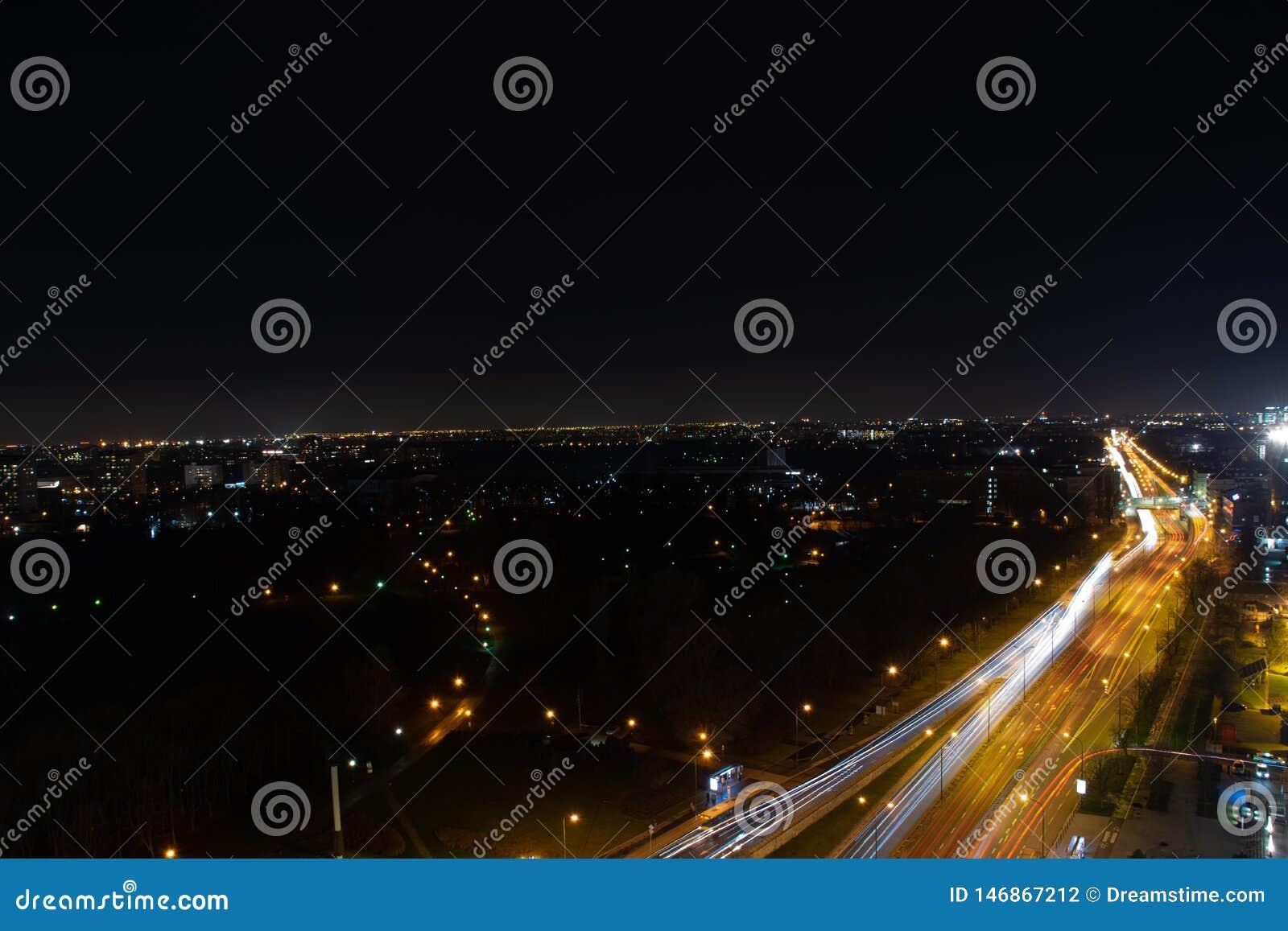 Stad p? natten med sikten f?r en gata
