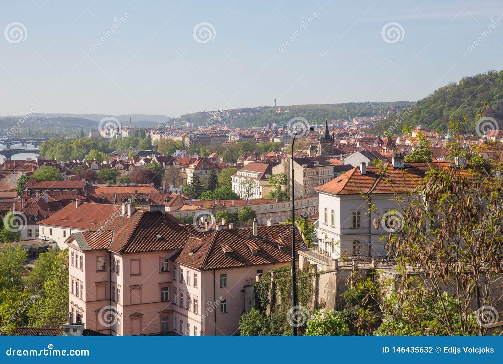 Stad Prague, Tjeckien Stadsgata med byggnader och tak Loppfoto 2019 26 _