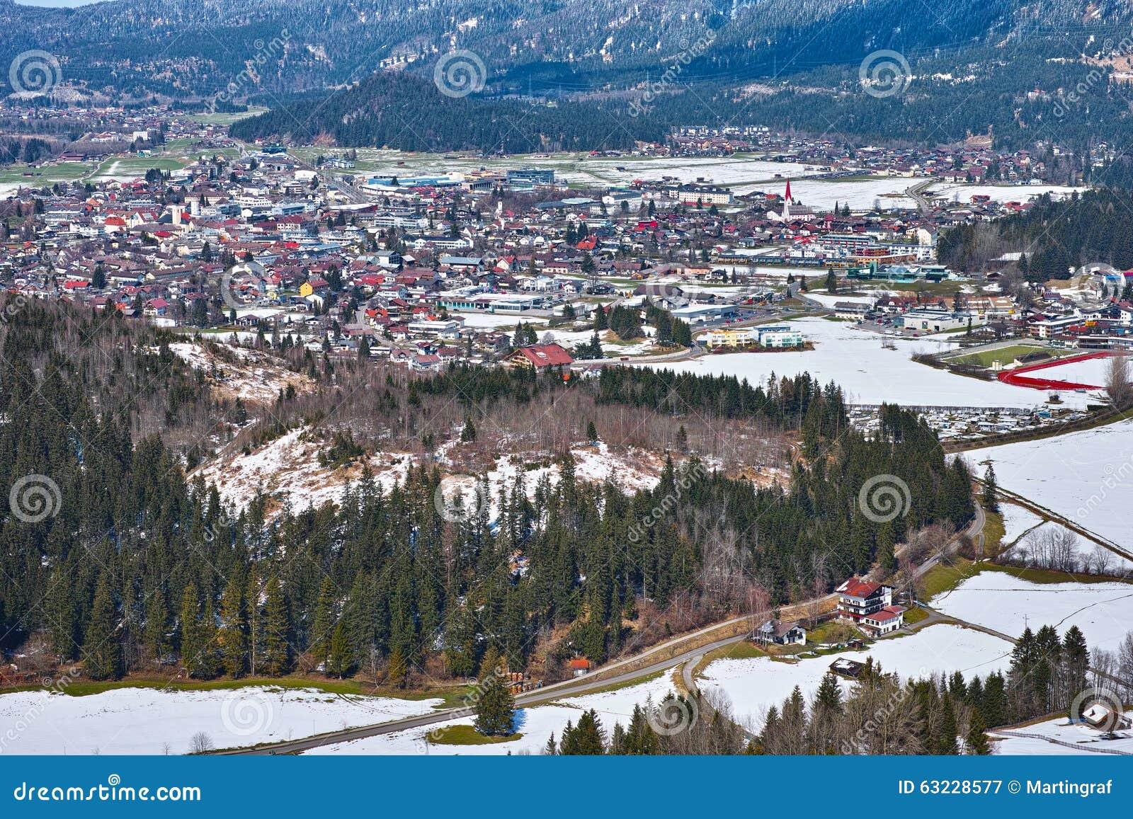 Stad in sneeuwvalleilandschap