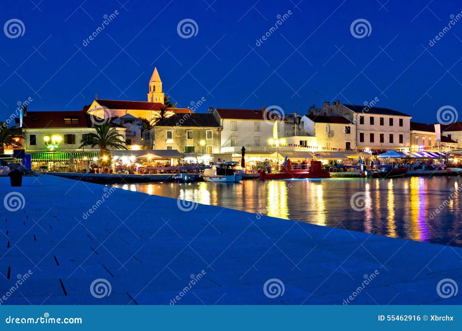 Stad van Biograd-avondmening bij blauw uur