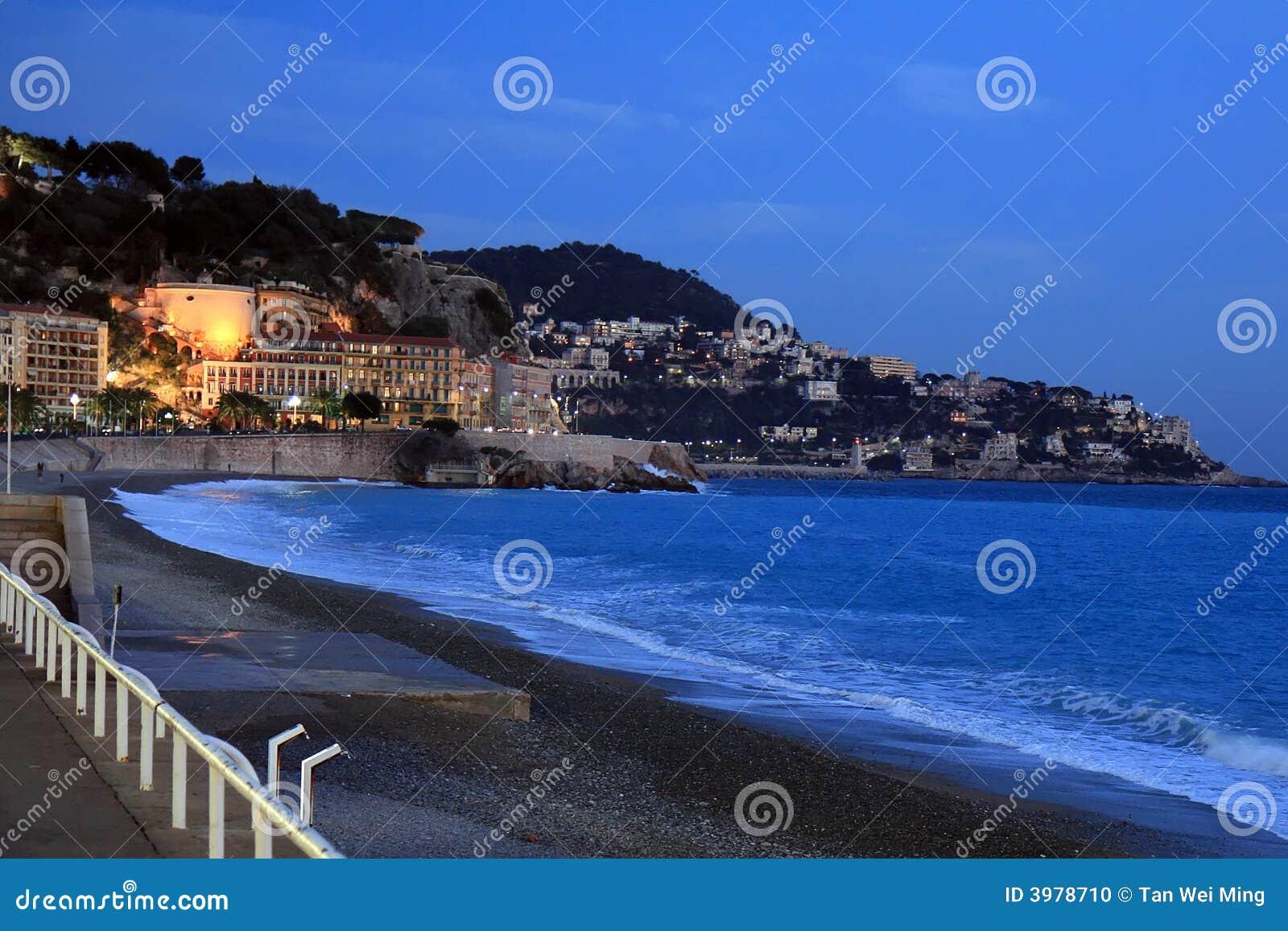 Stad van Nice bij Schemer