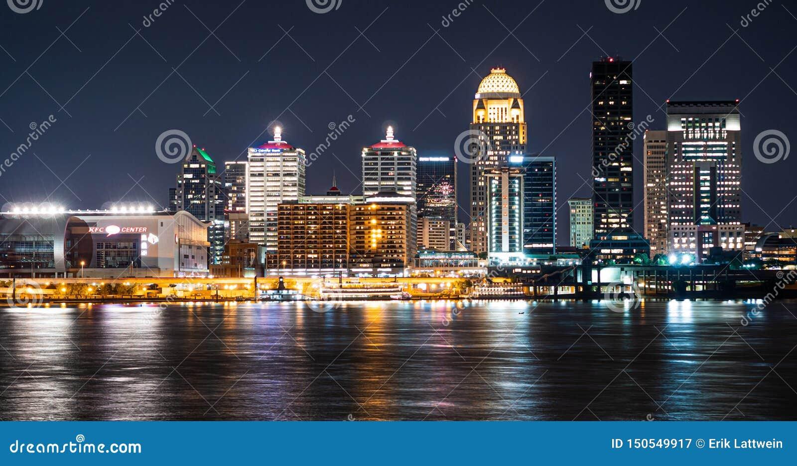 Staden av Louisville vid natt