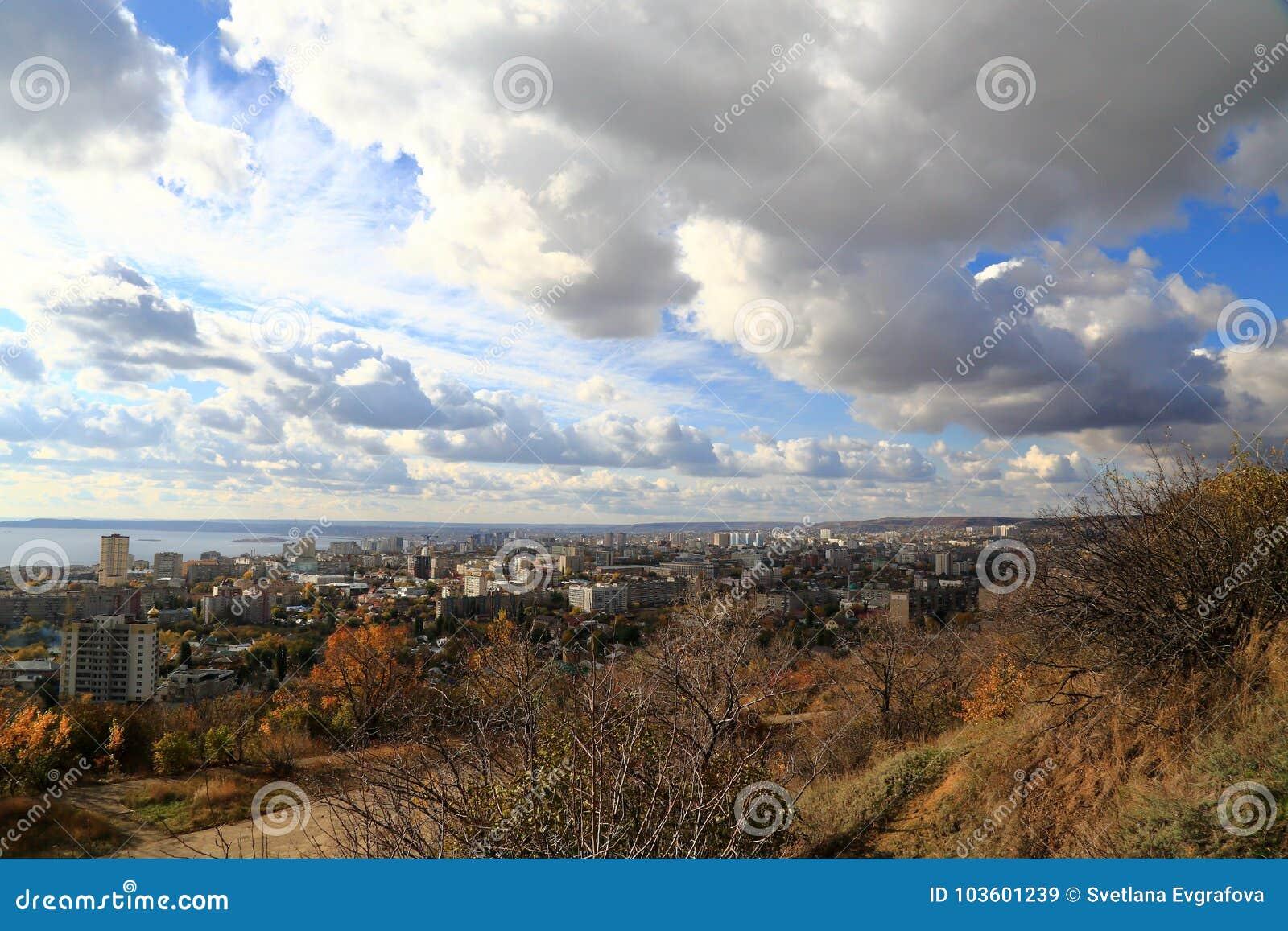 Staden av Saratov på banken av Volgaet River mot den blåa himlen Sikt från det Sokolovaya berget