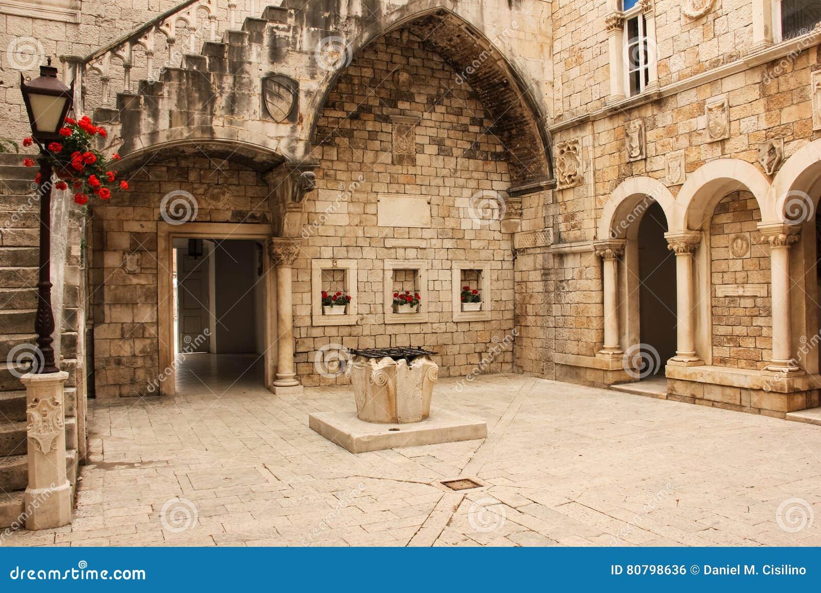 Stadhuisbinnenplaats Trogir Kroatië