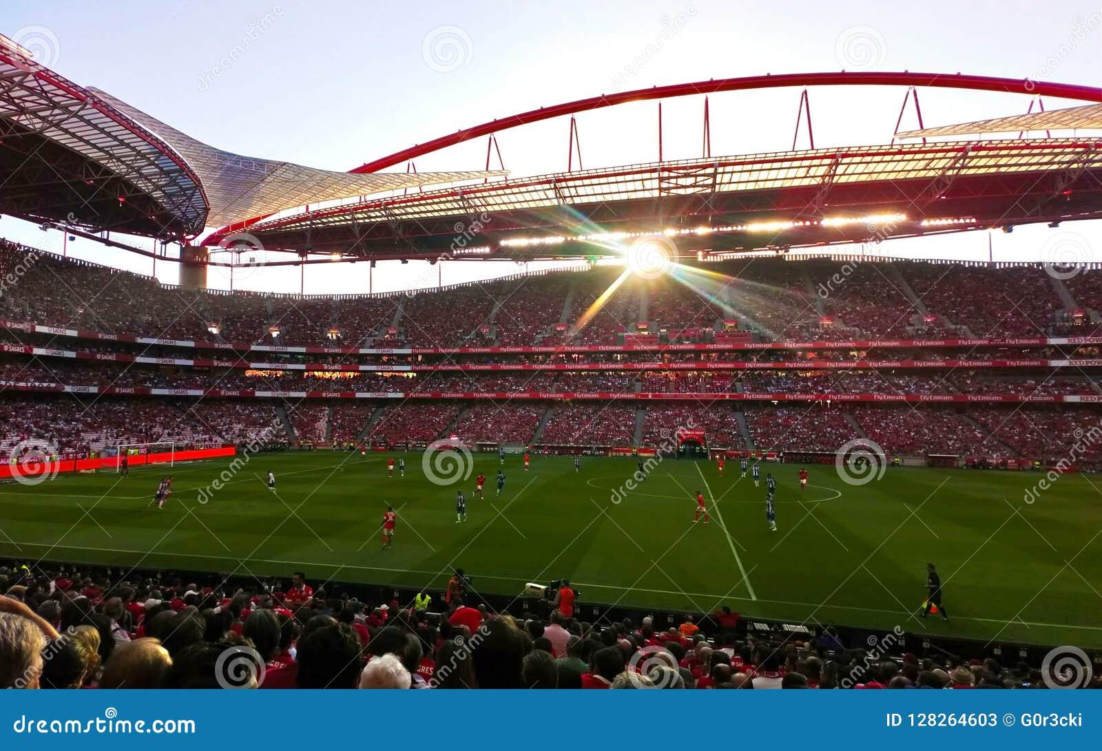 Stadio di calcio di Benfica, arena di calcio, folla, giocatori e gruppi europei rossi e blu degli arbitri,