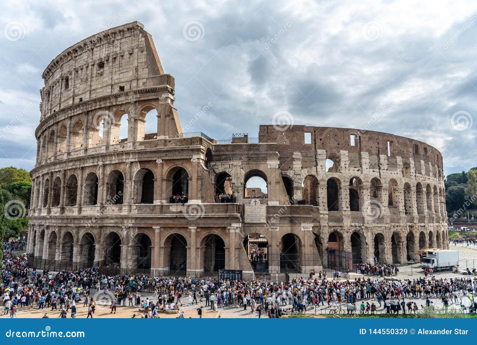 Stadio di Roma nel cielo drammatico alberi e circondare della gente