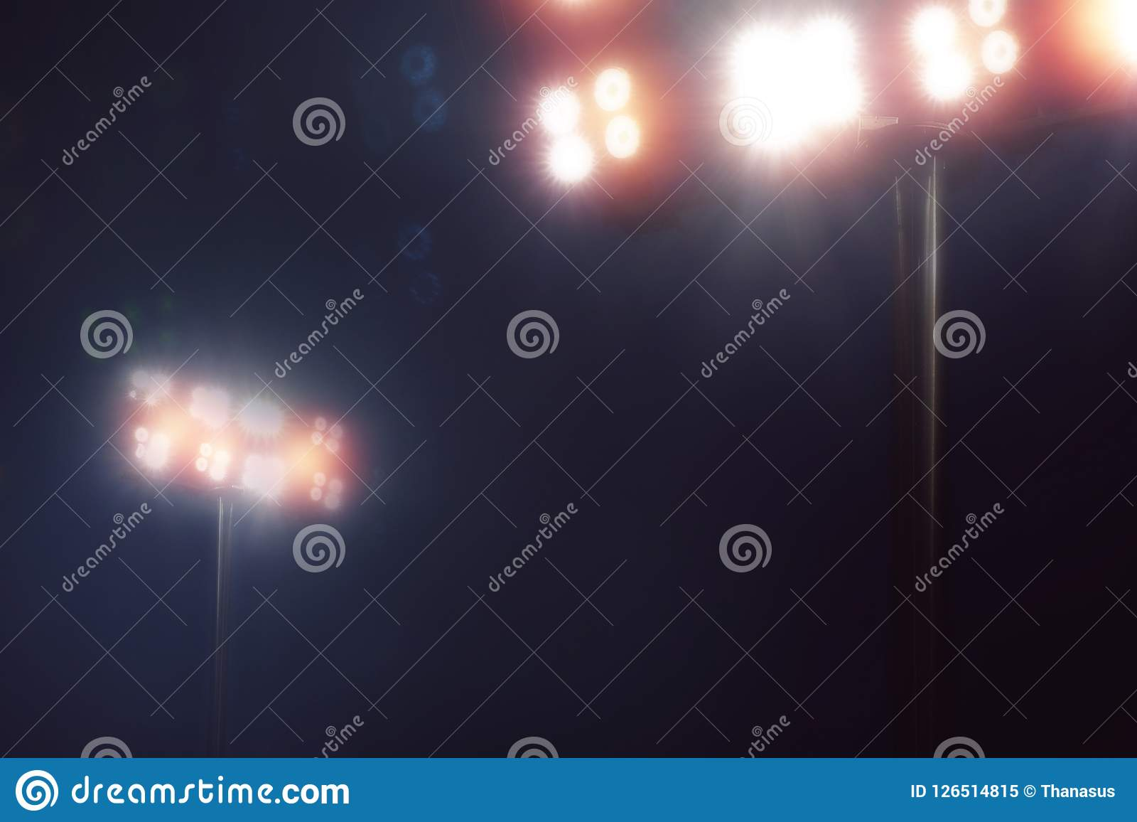 Stadion beleuchtet im Sportspiel im dunklen nächtlichen Himmel