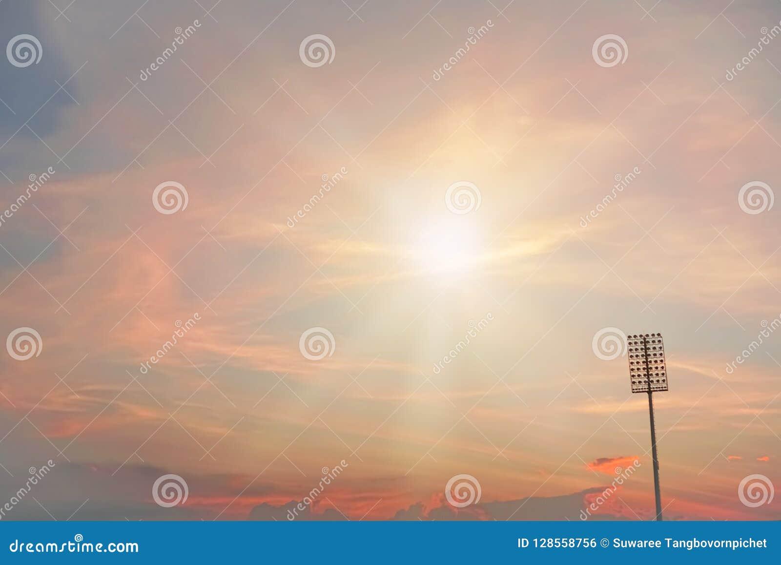 Stadionverlichting op schemering kleurrijke hemel