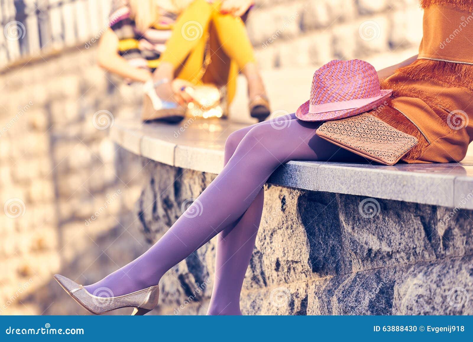 Stads- folk för mode, kvinna som är utomhus- livsstil