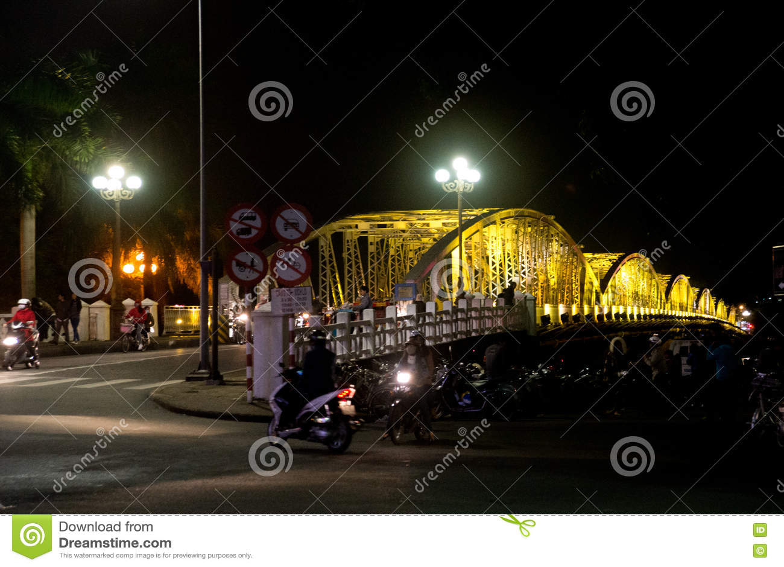 Stadsbro på natten med färgrikt färgrikt den Vietnam staden av tonen Truong Tien Brigde