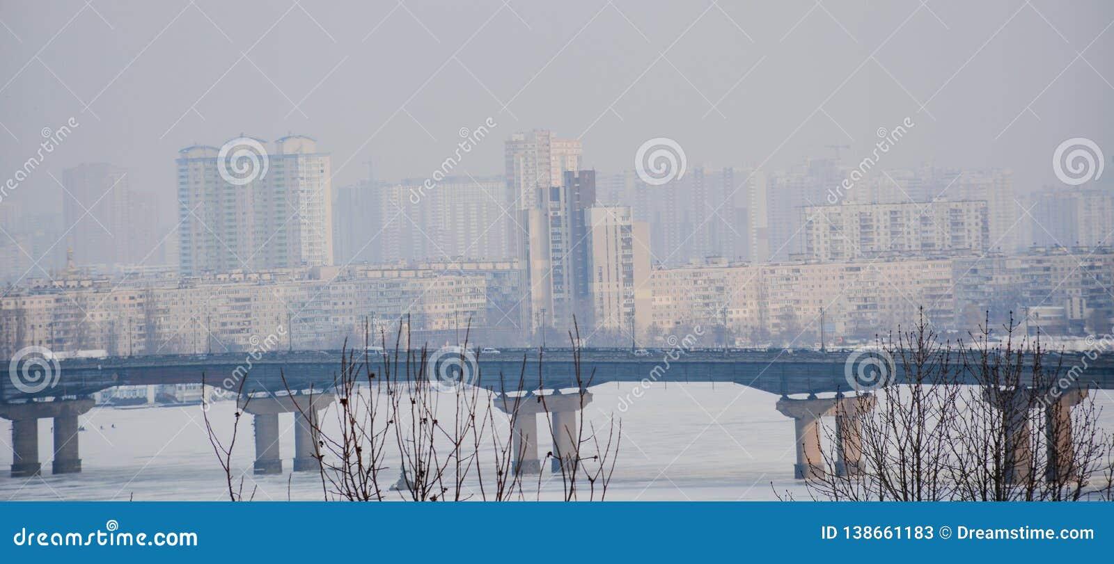 Stadsbrug in mistrivier voor stad