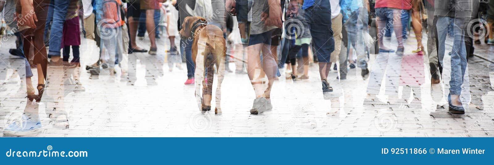 Stadsgang, dubbele blootstelling van een grote menigte van mensen en een hond,
