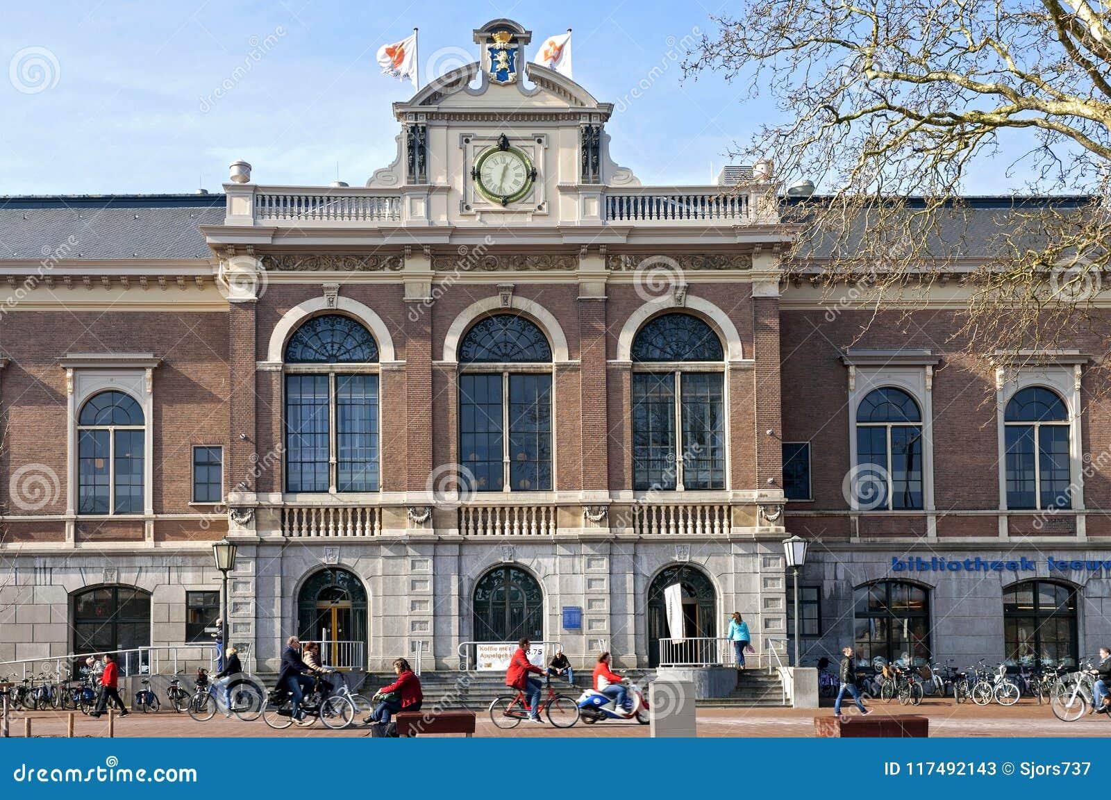 Stadsmening Leeuwarden met bibliotheekverkeer en mensen