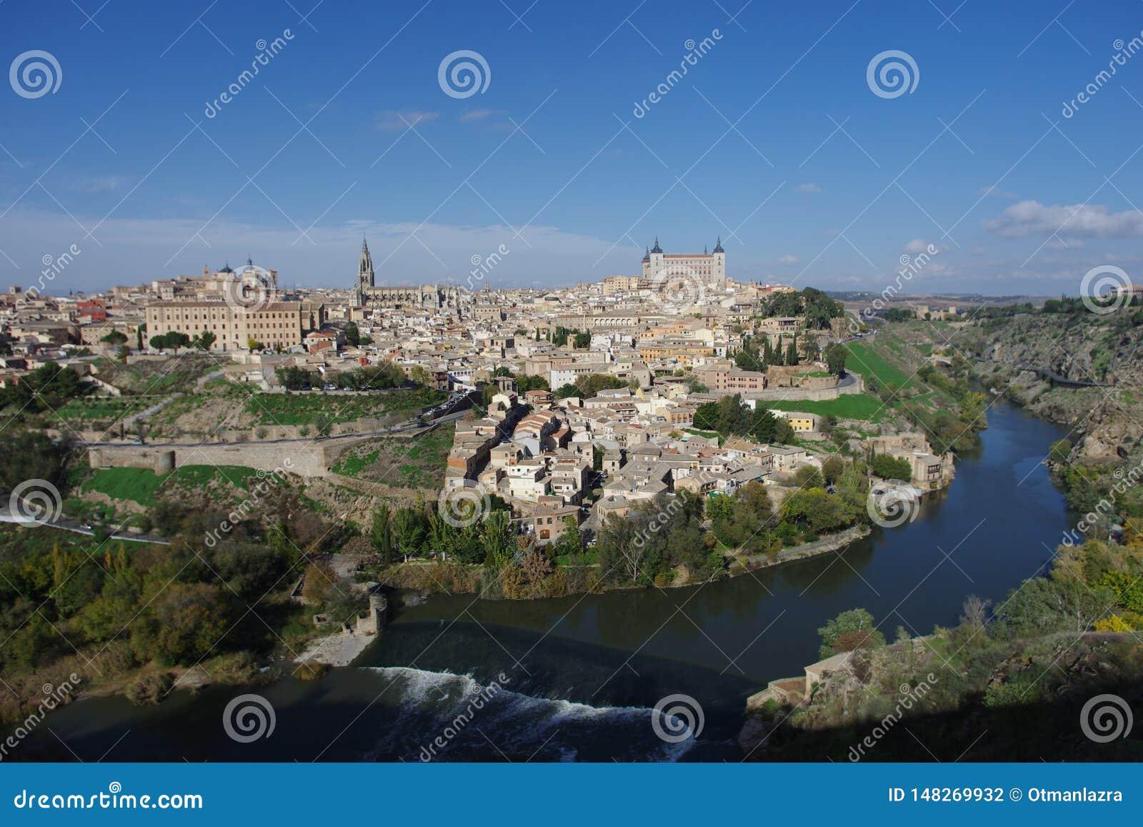 Stadsmening over de Tagus-rivier aan Toledo