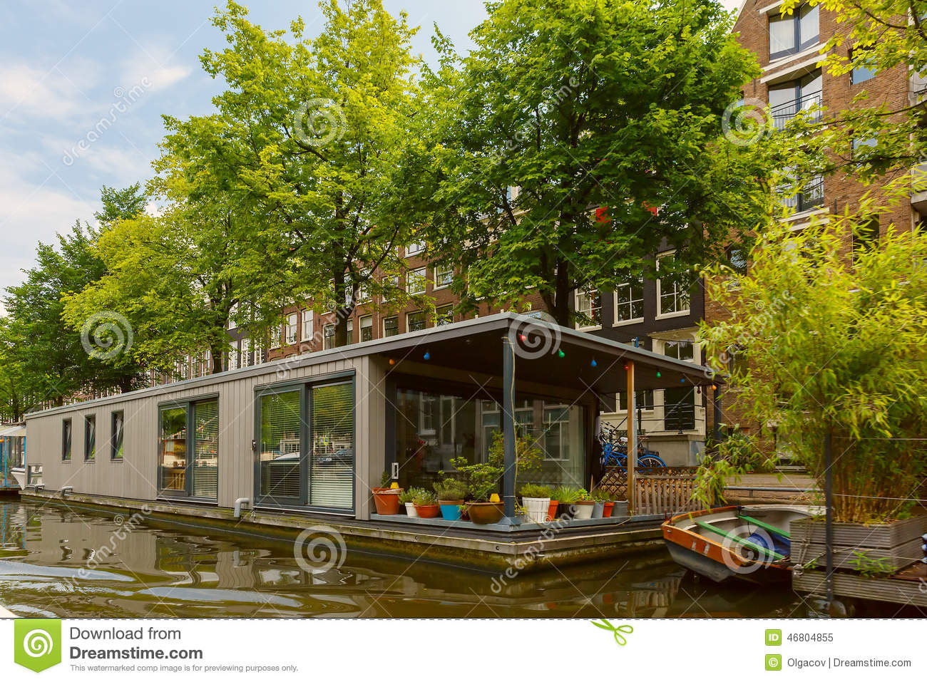 stadsmening van het kanaal van amsterdam en woonboot holland nederland stock afbeelding. Black Bedroom Furniture Sets. Home Design Ideas