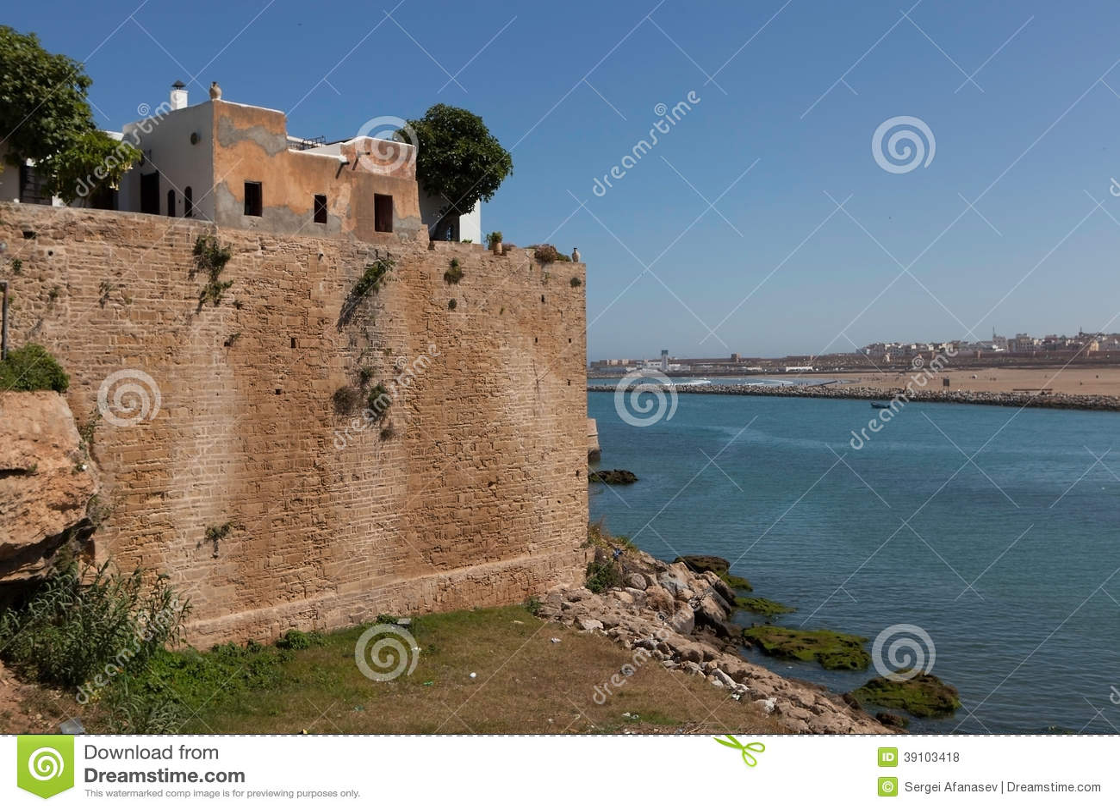 Stadsmuur dichtbij de rivier Bou Regreg. Rabat.