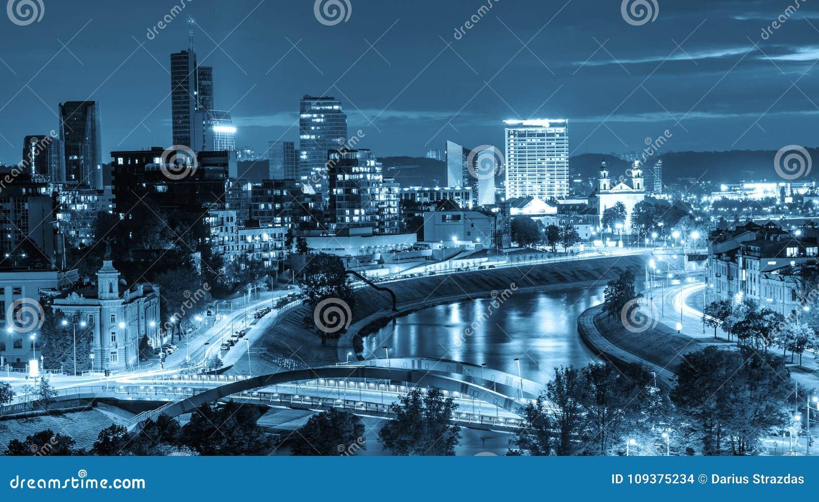 Stadsnattplats, anmärkningsvärd sikt av ljus och flod