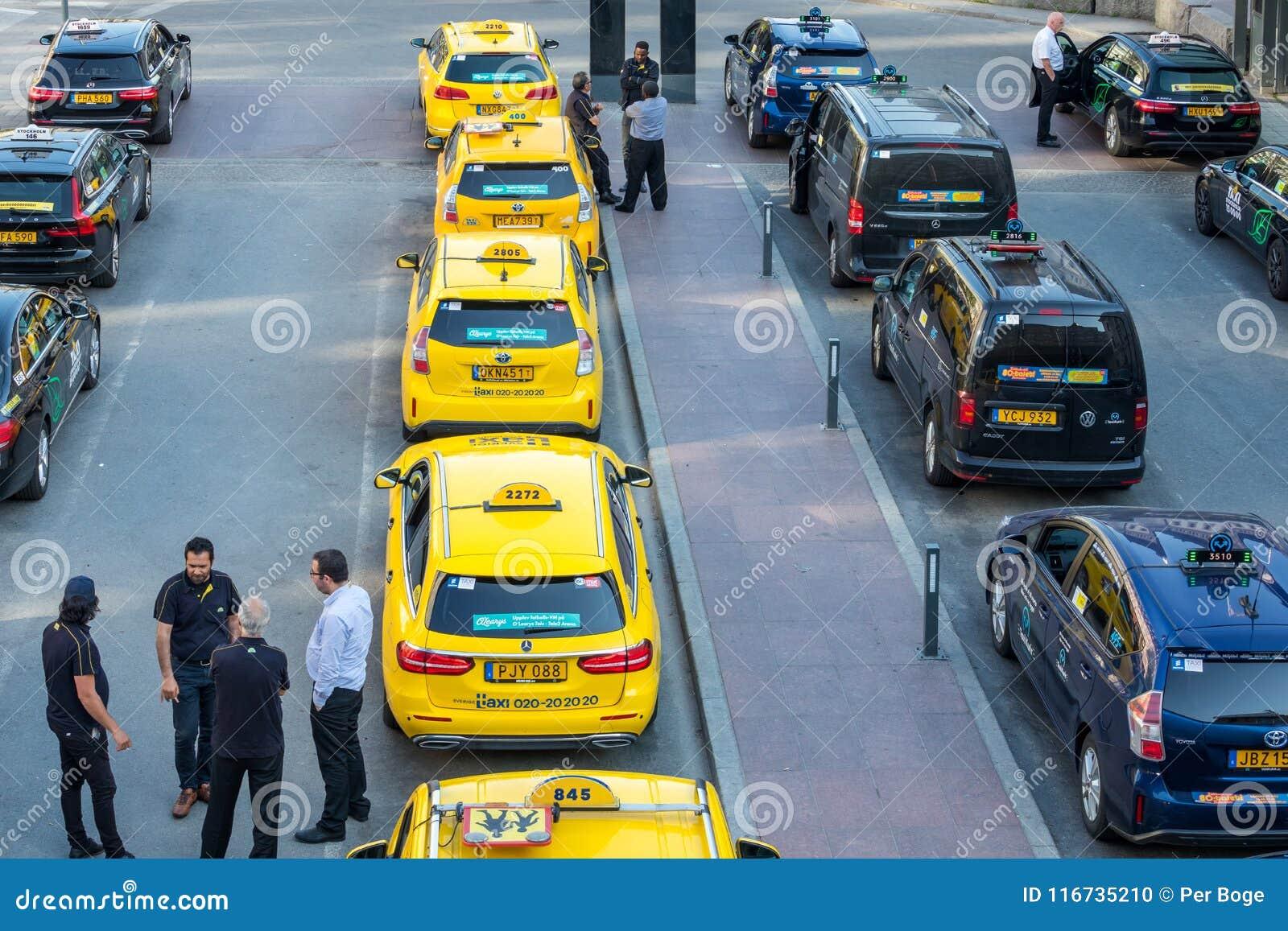 Stadssikten för den höga vinkeln av många guling och svart åker taxi i linje