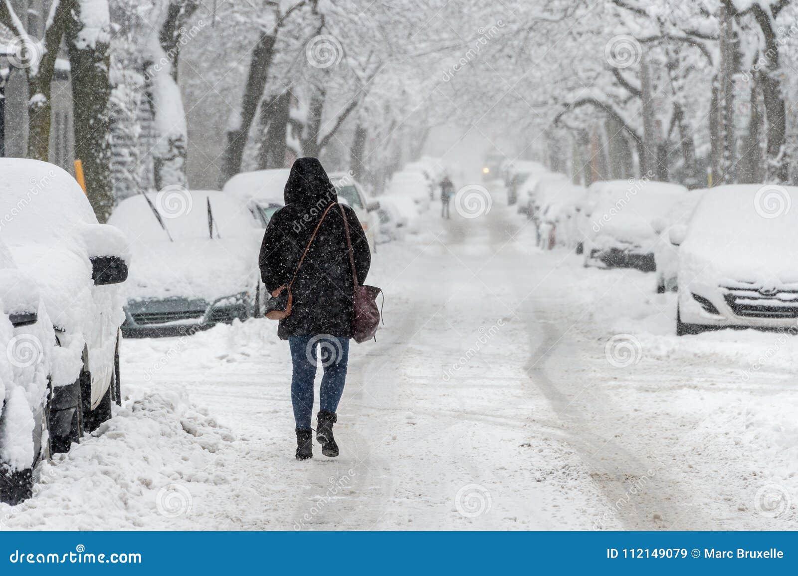 Stadsstraat en auto s in sneeuw wordt behandeld die