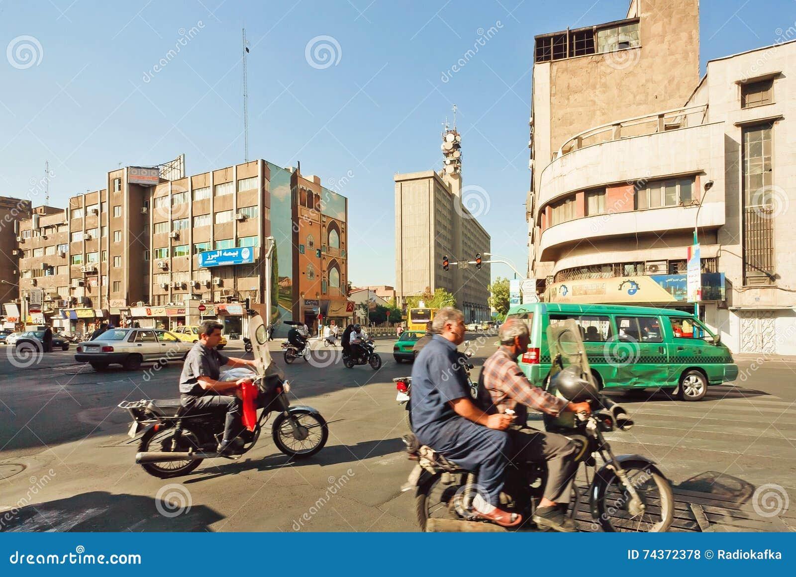 Stadstrafik med många cyklar på den upptagna gatan av iransk huvudstad Teheran