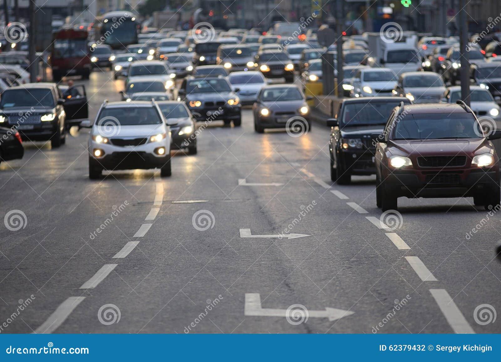 Stadsweg met voertuigen