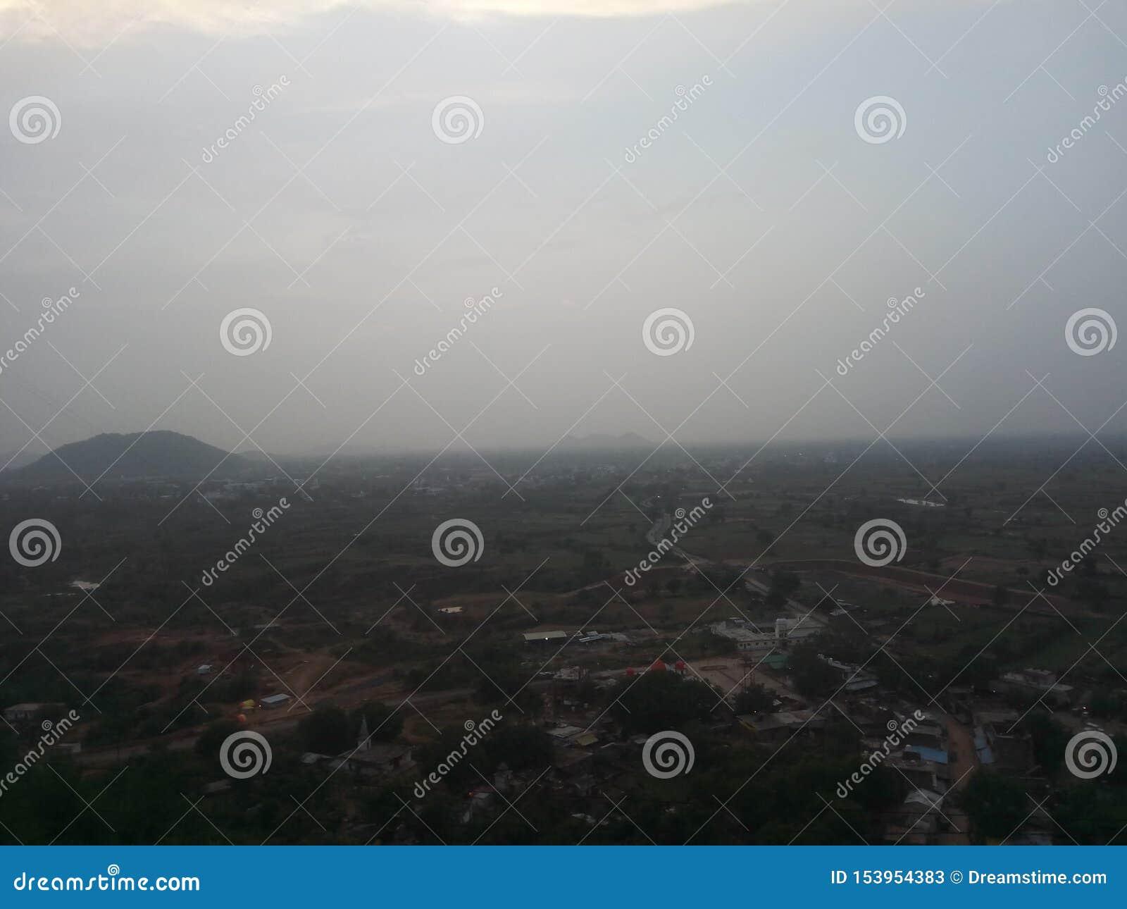 Stadt-Ansicht von der Bergkuppe
