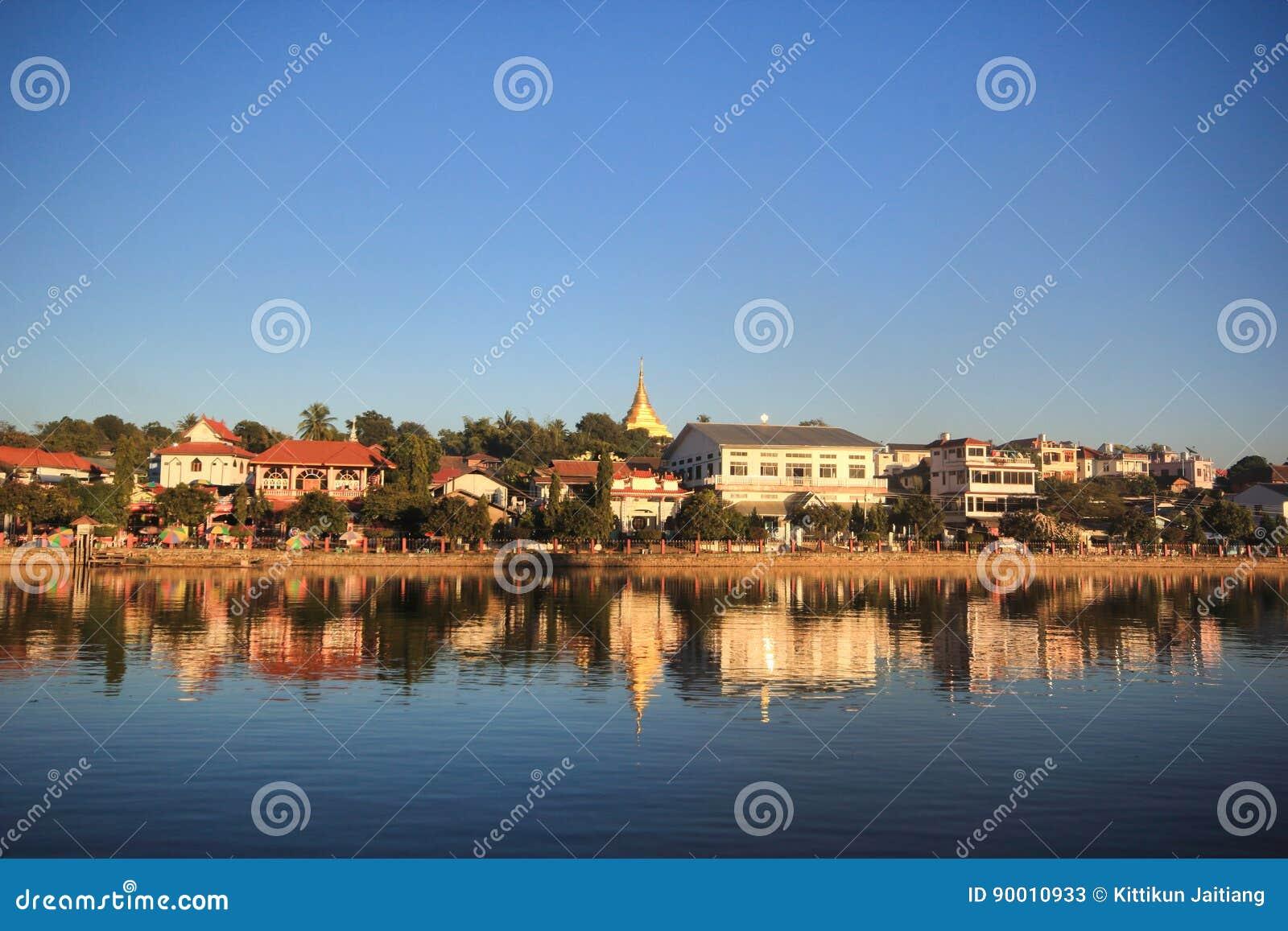 Stadt durch den Fluss