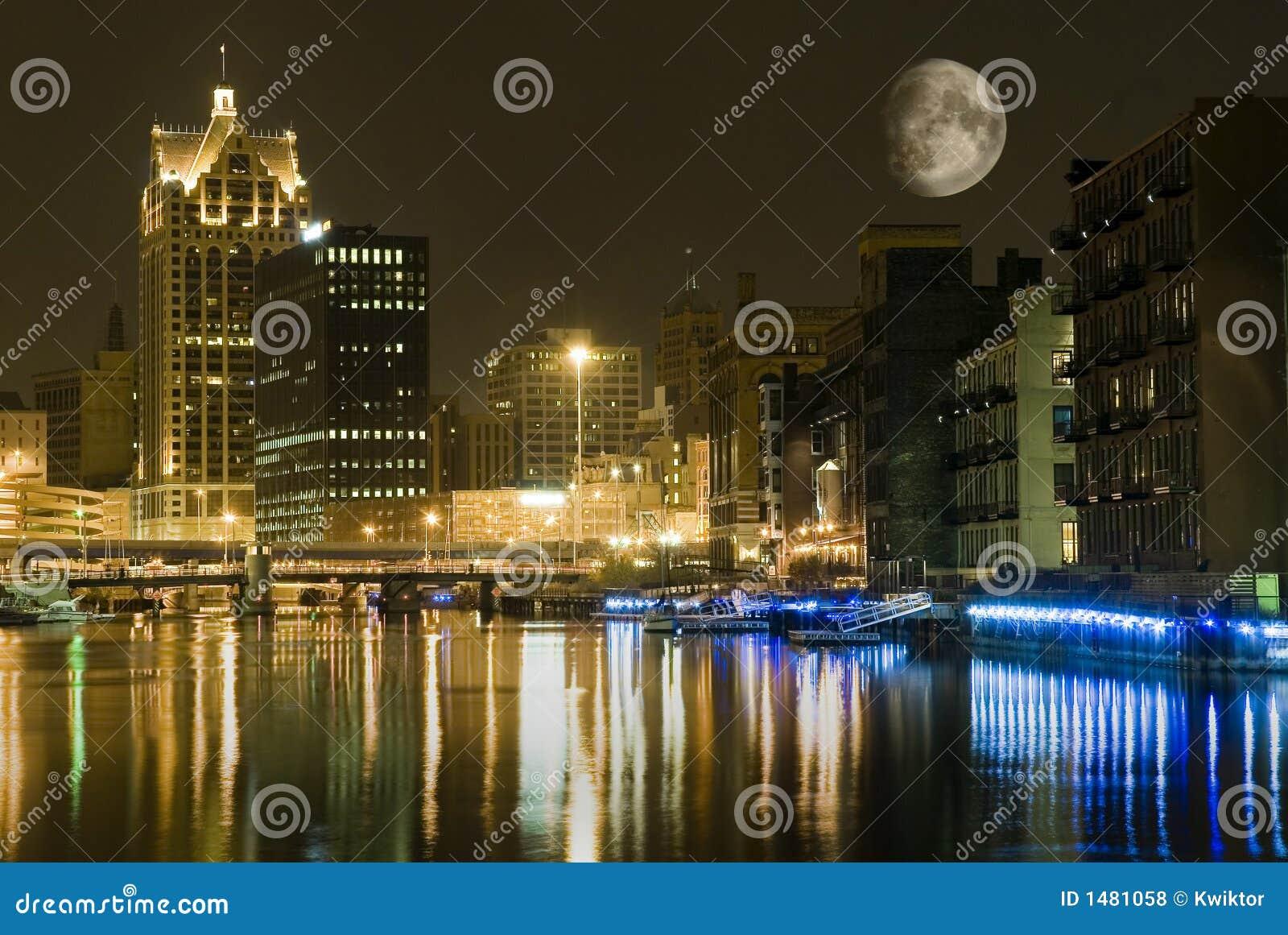 Stadt nachts mit großem Mond