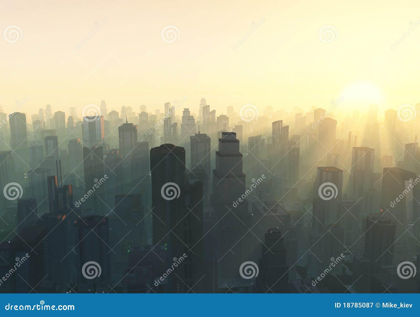 Stadt am nebelhaften Sonnenaufgang