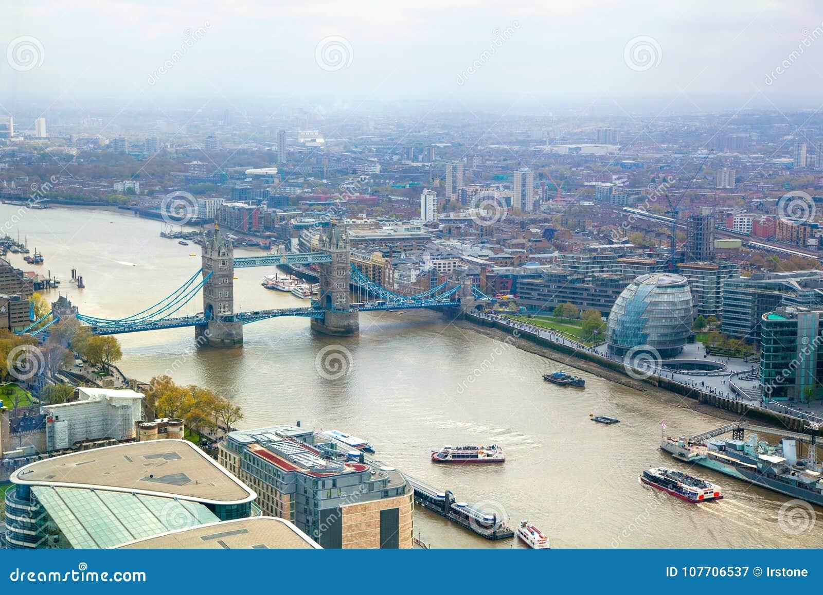 Stadt von London-Ansicht mit der Turm-Brücke und Themse