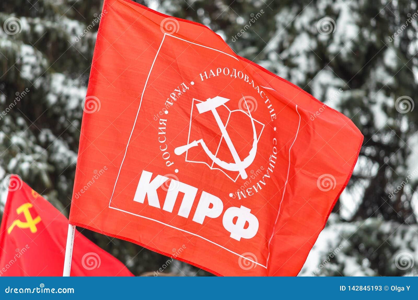 Stadt von Ulyanovsk, Russland, march23, 2019, die Flagge des Kommunistischen Parteien Russlands gegen den Hintergrund