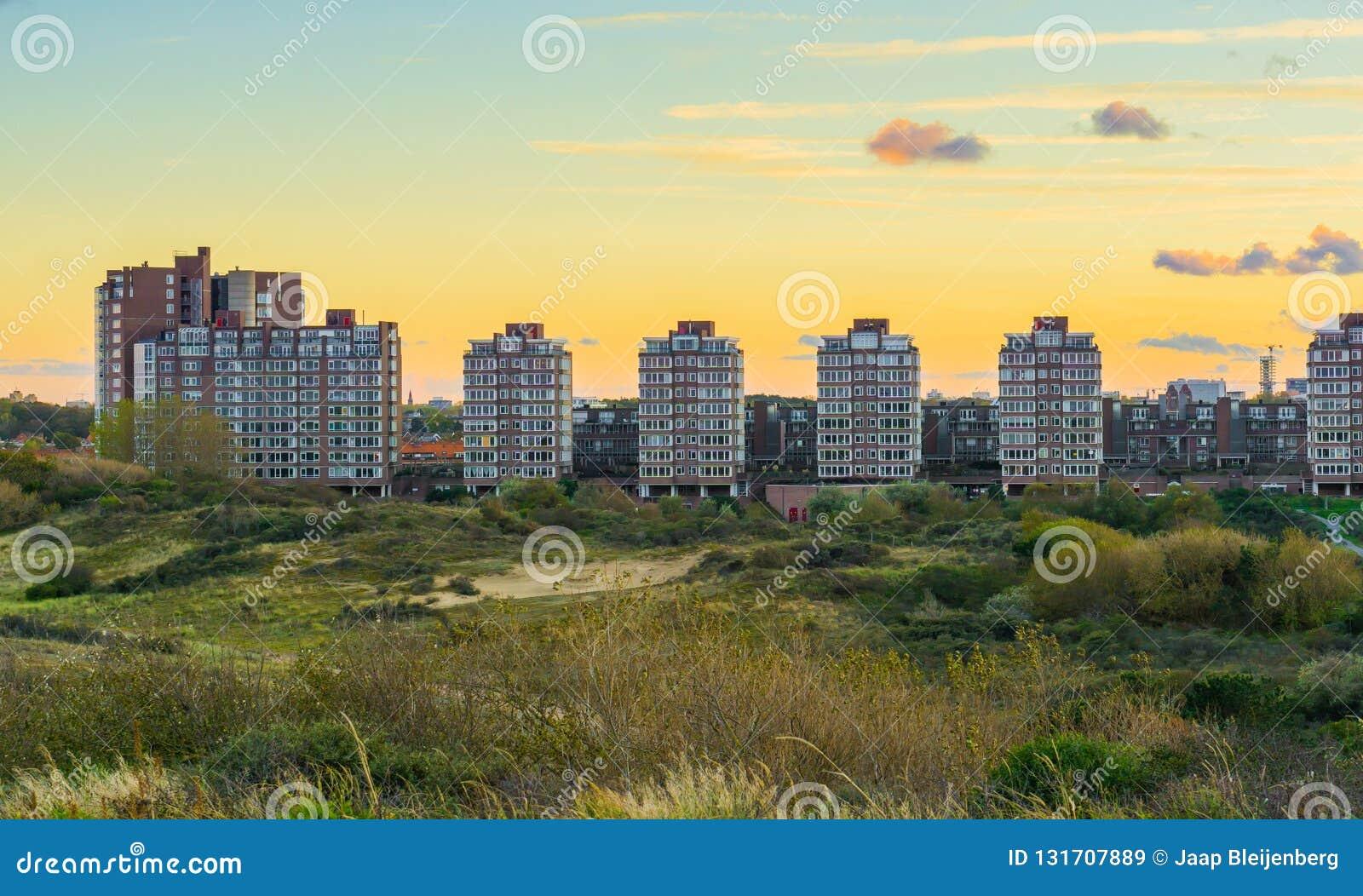 Stadtansicht mit Ebenen von den Dünen von Scheveningen eine populäre und touristische Stadt am Strand in den Niederlanden zur Son