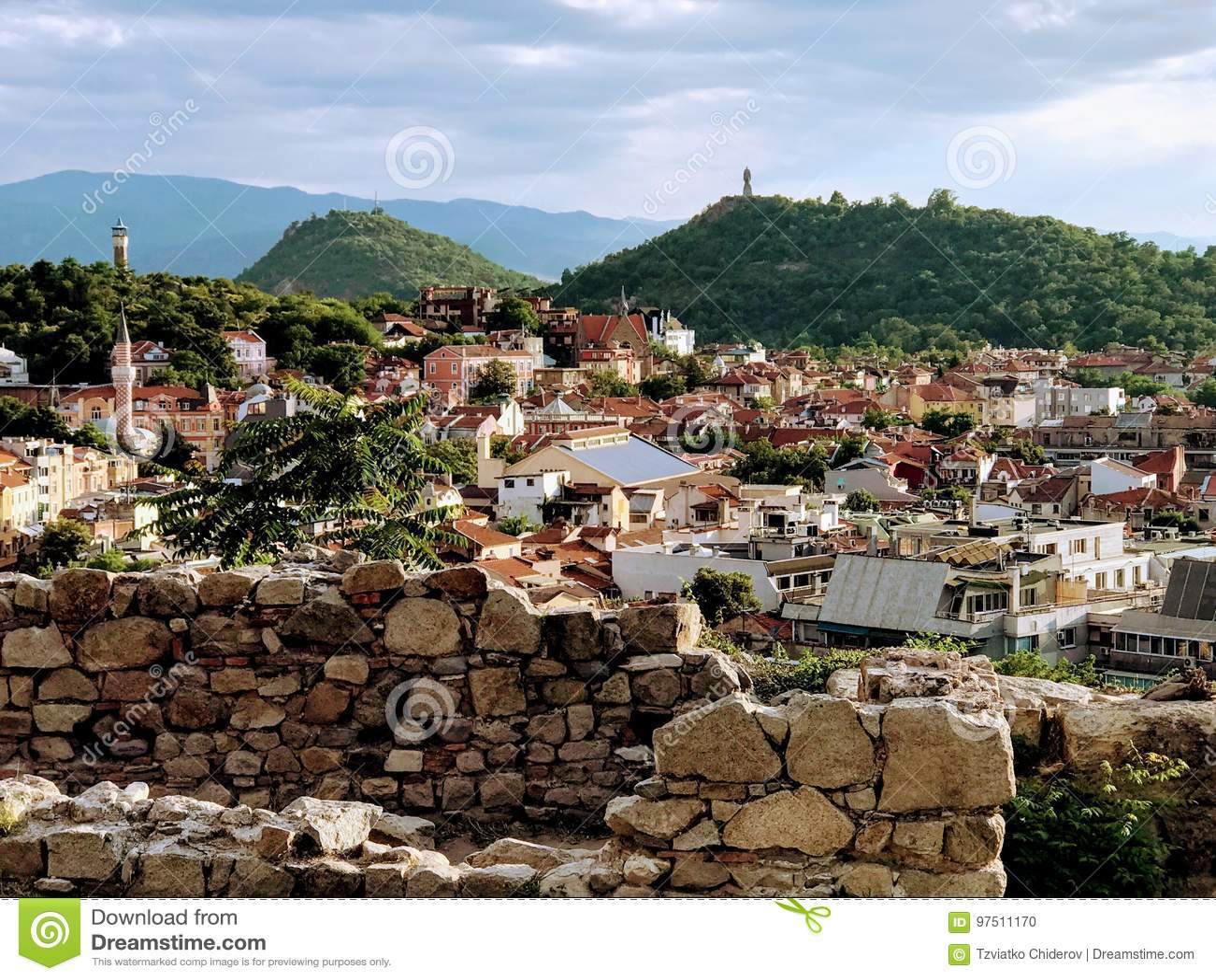Stadtansicht von der Spitze eines Hügels