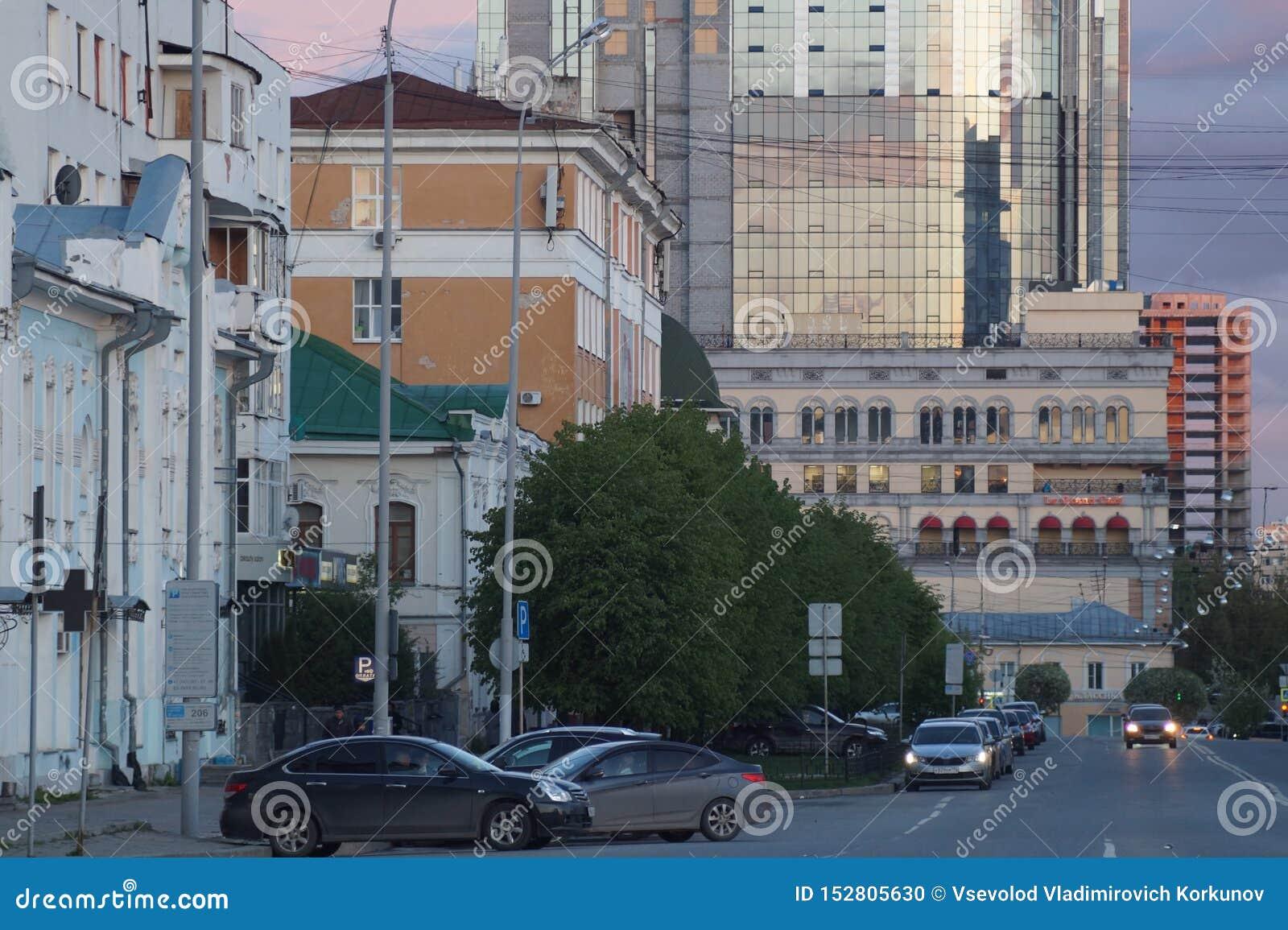 Stadtbild: Ansicht von der Straße von Pushkin Sonnenuntergang färbt den Himmel und das Glas von Gebäuden