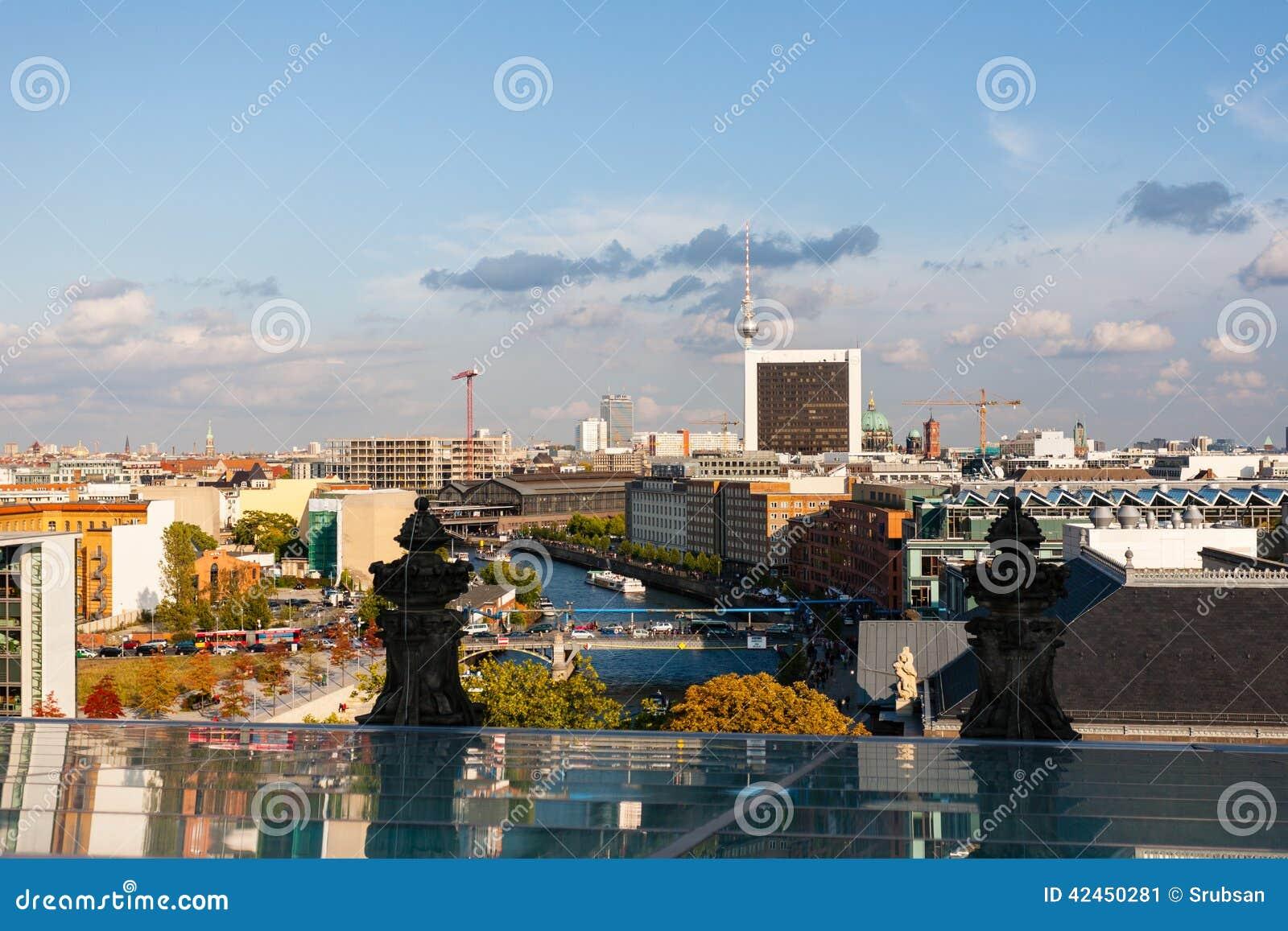 Stadtbild von Berlin mit Fernsehturm an der Unterseite