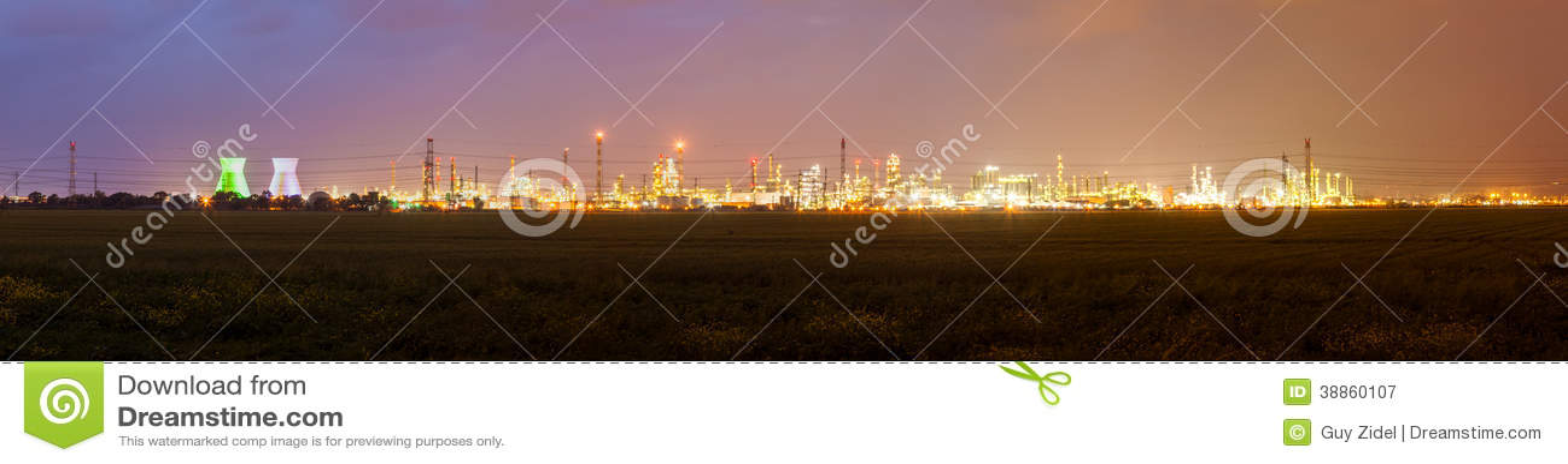 Stadtlandschaft mit Lichtern des Industriegebiets und des elektrischen Schleppseiles