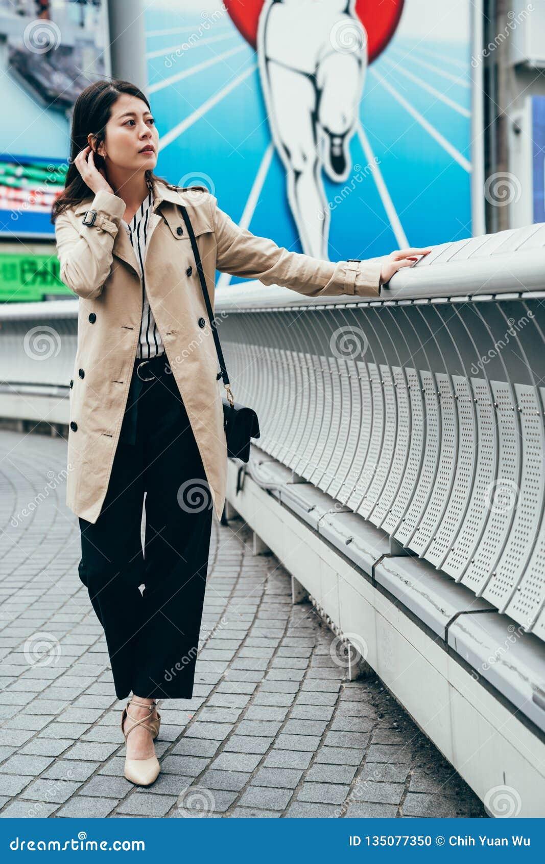 Stadtlebensstil der jungen Frau der Mode st?dtischer lebender
