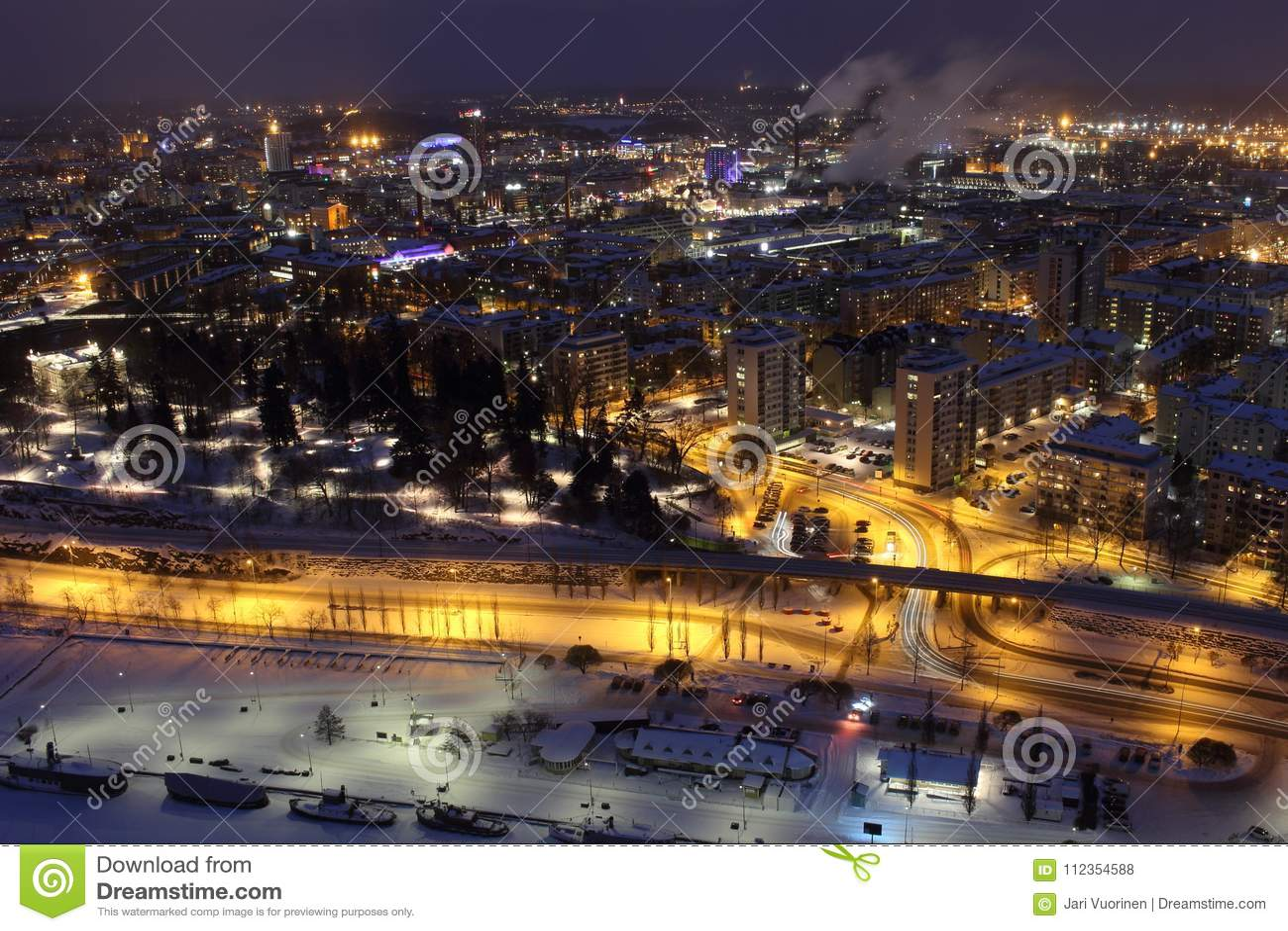 Stadtlichter von Tampere in der Nacht