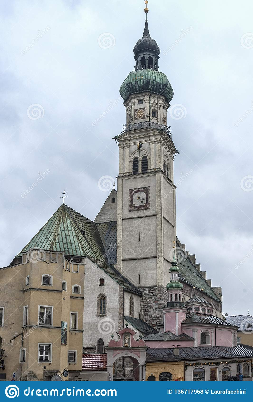 Stadtpfarrkirchen för St Nicolas sen för församlingkyrka på den centrala fyrkanten Oberer Stadtplatz, i Hall i Tyrol
