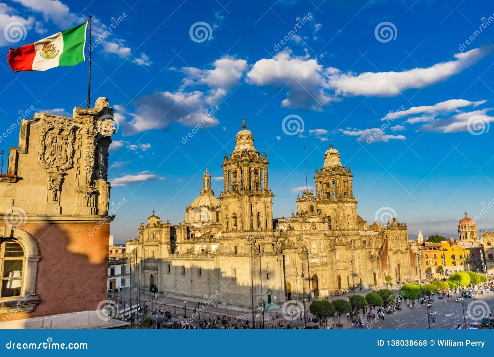 Stadtsonnenaufgang Mexiko City Mexiko kathedrale Zocalo-mexikanischer Flagge