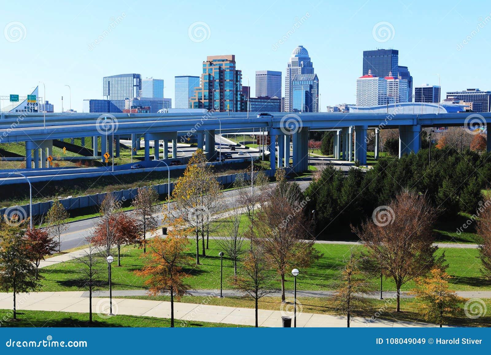 Stadtzentrum Louisvilles, Kentucky mit Schnellstraße in der Front