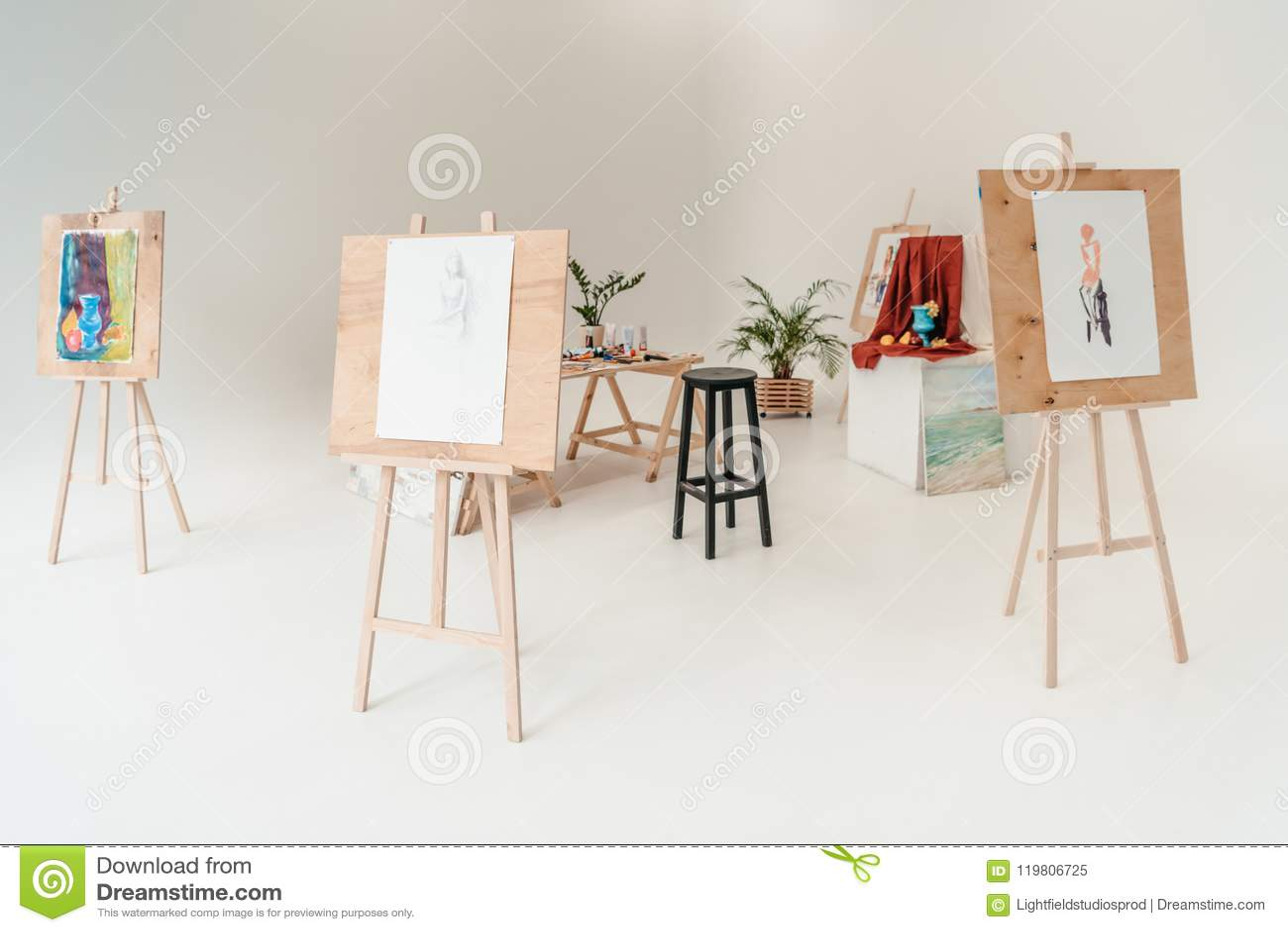 Staffli med målningar i tomt