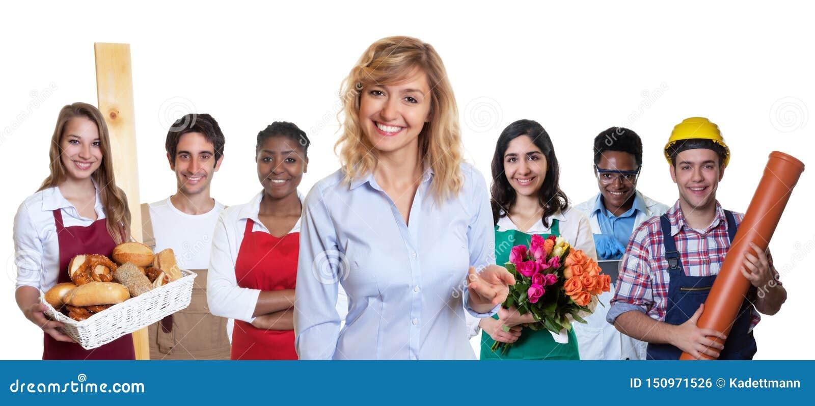 Stagiaire féminin blond d affaires avec le groupe d autres apprentis internationaux