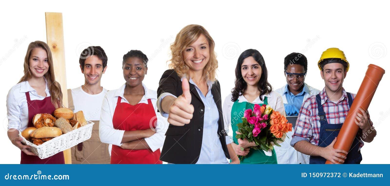 Stagiaire féminin heureux d affaires avec le groupe d autres apprentis internationaux